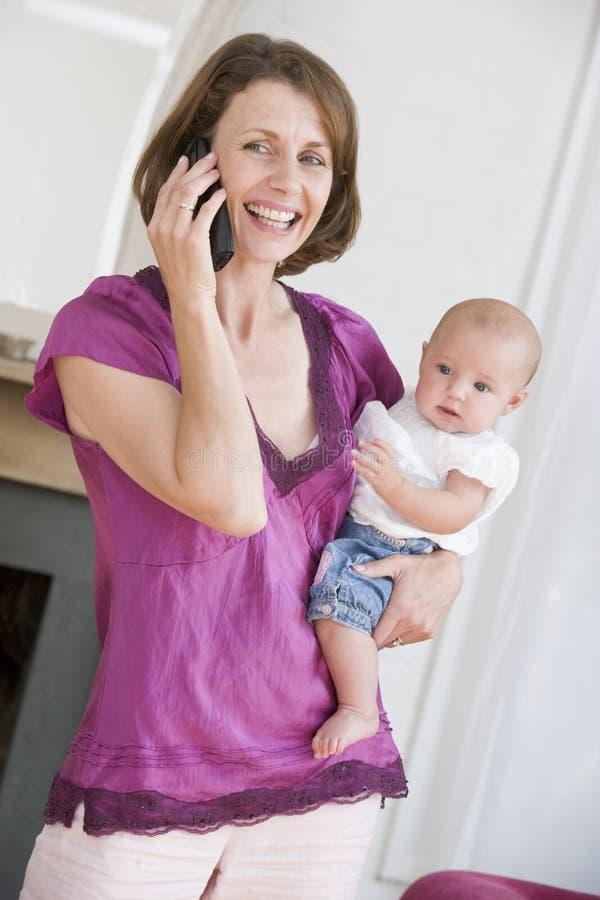 baby holding living mother room telephone using στοκ φωτογραφία