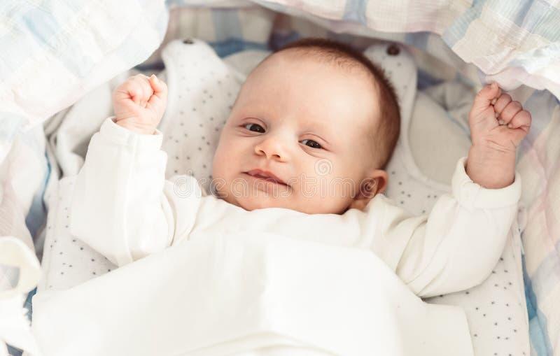 Baby in ihrer Krippe lizenzfreies stockbild