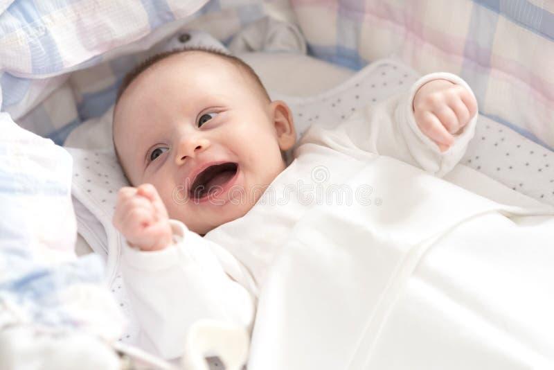 Baby in ihrer Krippe lizenzfreies stockfoto