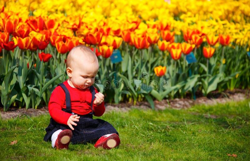 Baby im Garten lizenzfreies stockbild