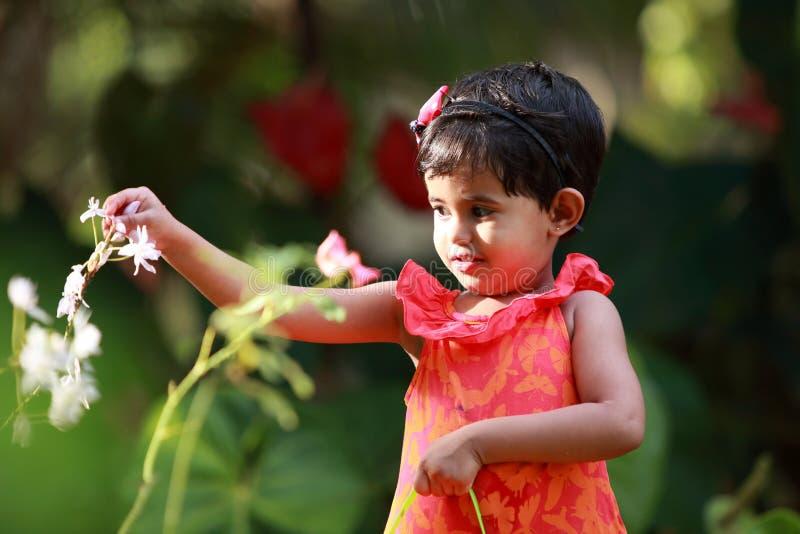 Baby im Garten lizenzfreie stockfotos
