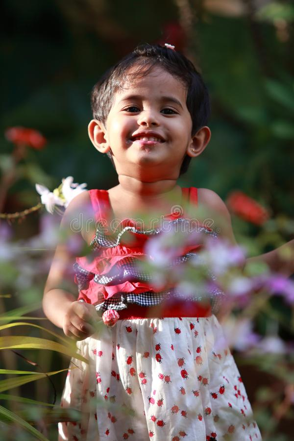 Baby im Garten lizenzfreies stockfoto