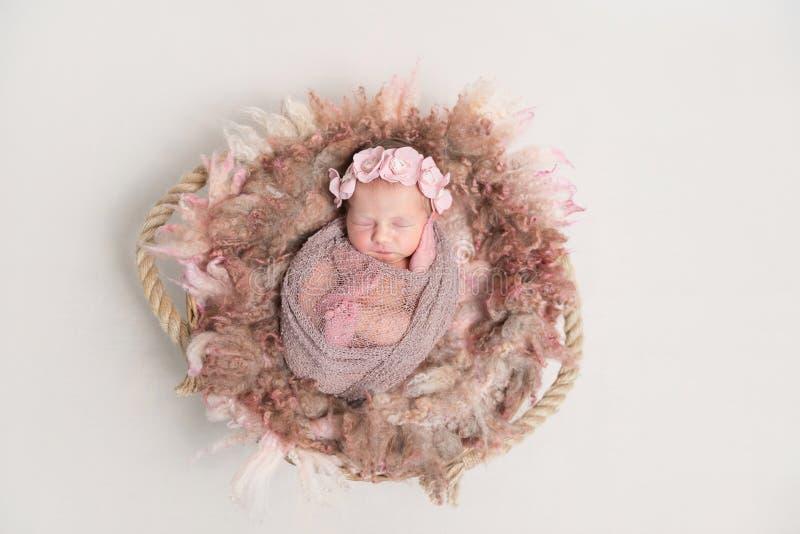 Baby im Hairband, eingewickelt im Schal, topview lizenzfreie stockfotos