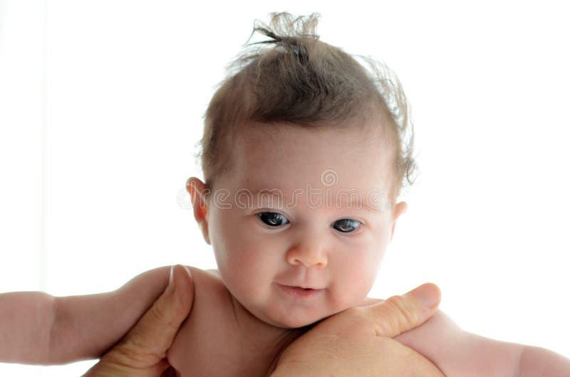 Baby im Komfort von Mutterhänden stockfotografie