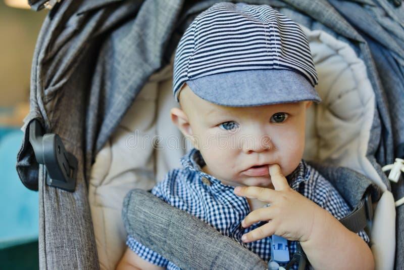 Baby im Spaziergänger lizenzfreie stockfotografie
