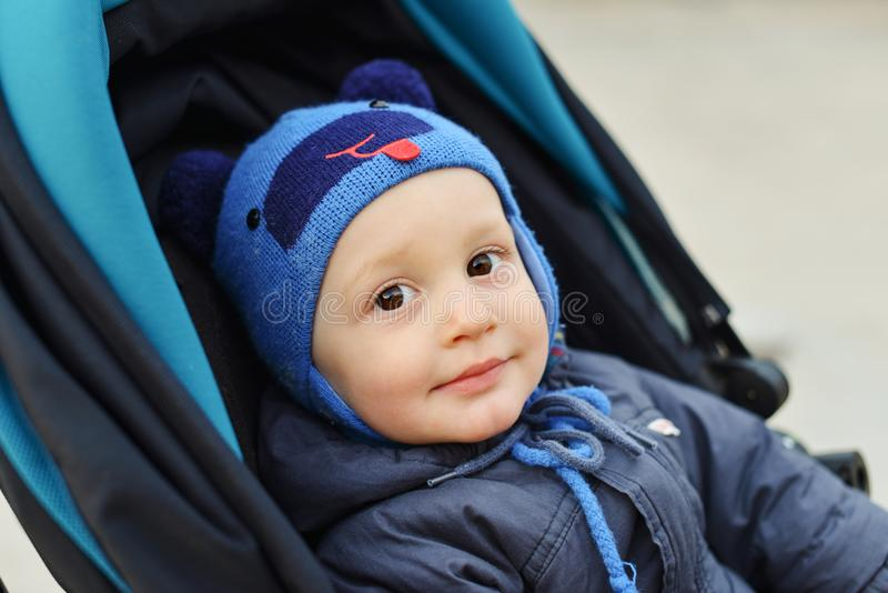 Baby im Spaziergänger lizenzfreies stockbild