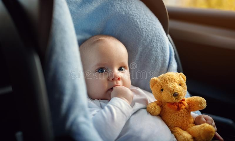 Baby im Spaziergänger im Freien lizenzfreie stockfotografie