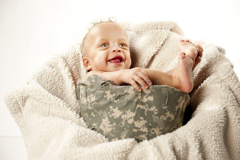Baby im Sturzhelm lizenzfreies stockbild