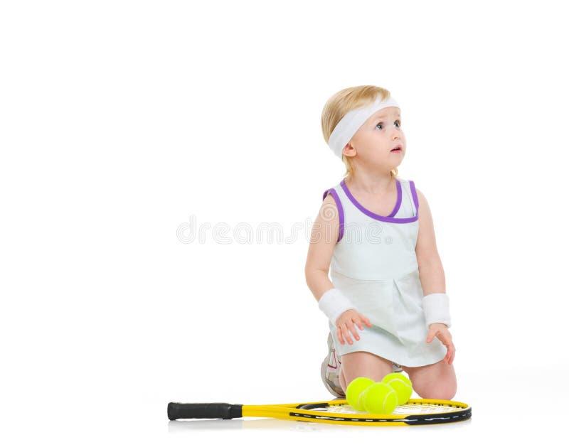 Baby im Tennis kleidet mit Schläger und Bällen stockfoto