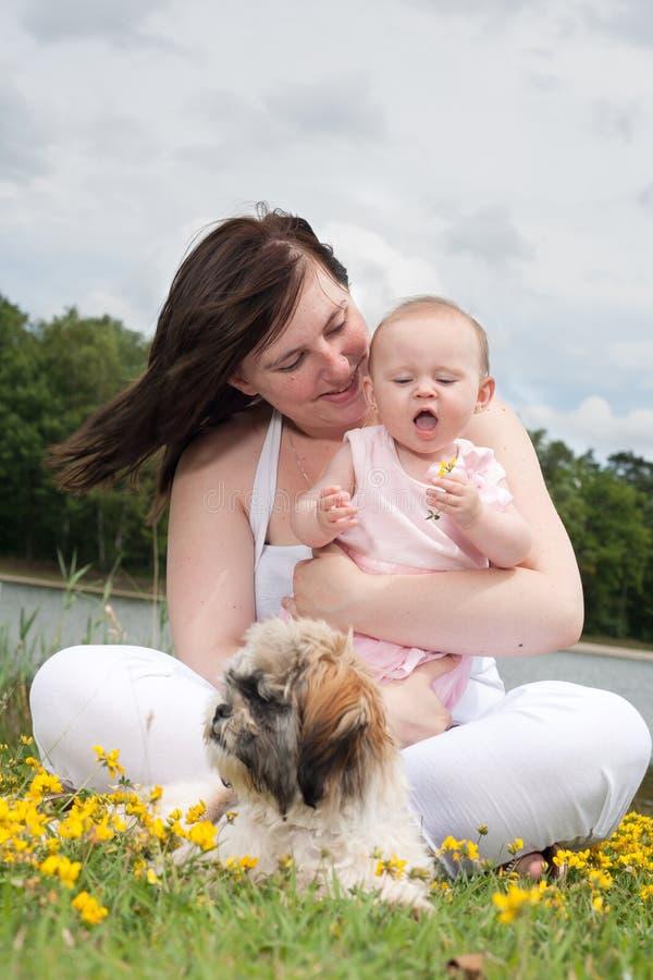 Baby ist mit ihrer Blume glücklich stockfotografie
