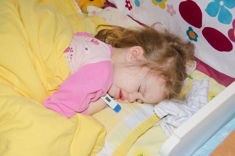 Baby 4 Jahre, die in der Krippe schlafen lizenzfreie stockfotografie