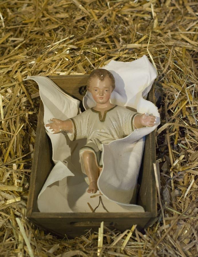 Baby Jesus die in een wieg leggen stock fotografie