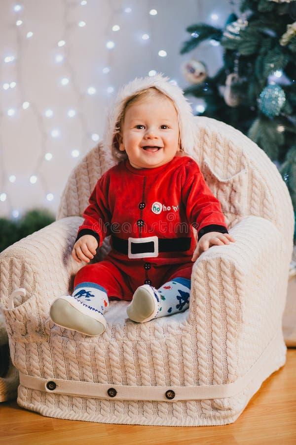 Het Glimlachen Baby-jongen Zitting Onder Chritmas-boom ...