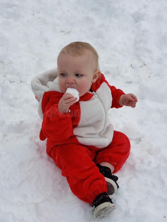 Baby& x27 ; jour de neige de s premier photographie stock