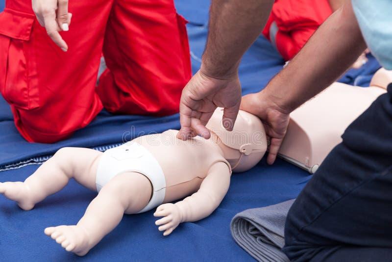 Baby of kindeerste hulp opleiding en CPR stock afbeeldingen