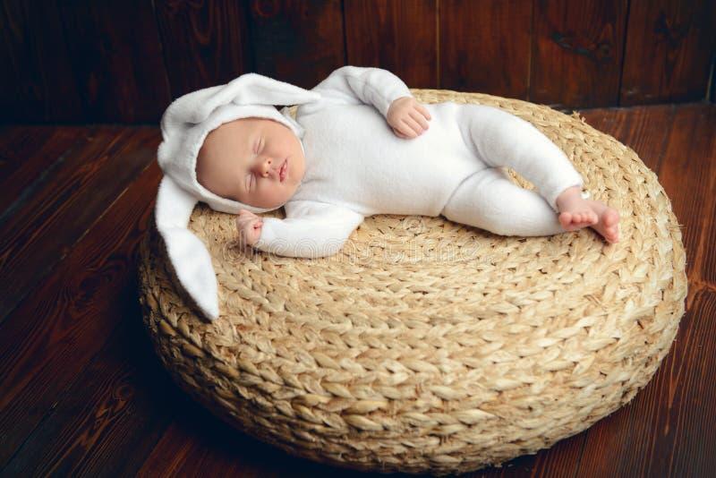 Baby in konijnkostuum stock foto