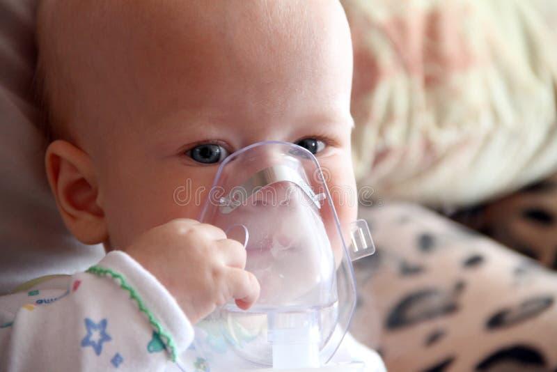Baby in masker voor inhalatie royalty-vrije stock afbeelding