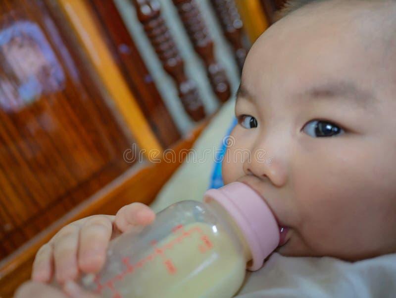 Baby matning mjölkar royaltyfria foton