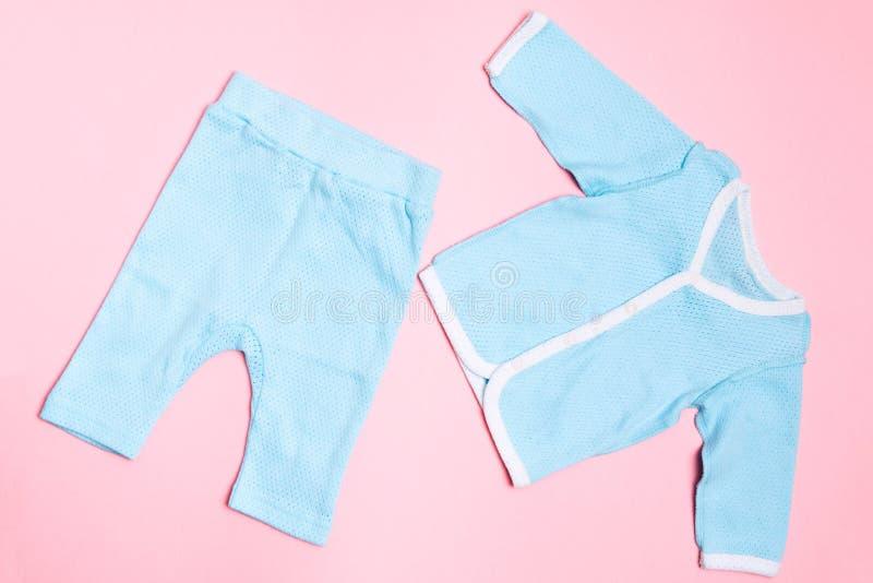 Baby med hjärtfelkläder på rosa bakgrund med skjortan och byxa Mode f?r barndesignsommar arkivfoto