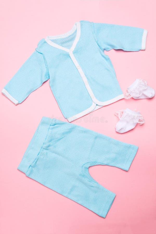 Baby med hj?rtfelkl?der p? rosa bakgrund med skjortan, byxa och vita sockor p? rosa bakgrund Mode f?r barndesignsommar plant royaltyfria bilder