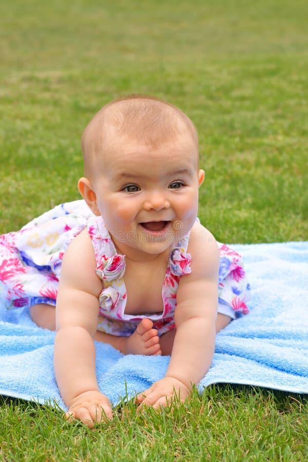 Baby, meisje die, zeven-maand-oud kind op een blauwe deken liggen royalty-vrije stock foto's