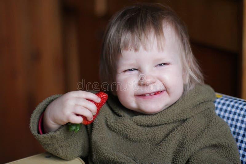 Baby met aardbei royalty-vrije stock fotografie