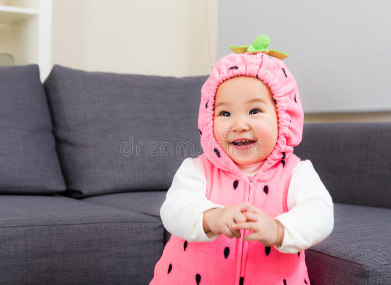 Baby met aardbeikostuum royalty-vrije stock foto's