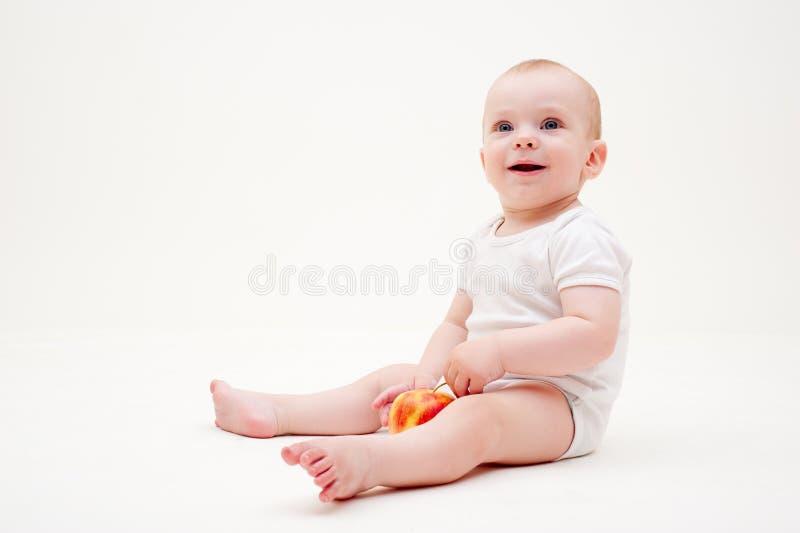 Baby met appelzitting op de vloer royalty-vrije stock fotografie
