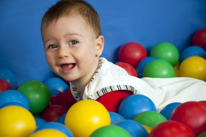Baby met ballen stock foto