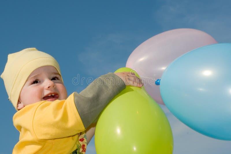 Baby met ballons royalty-vrije stock afbeeldingen