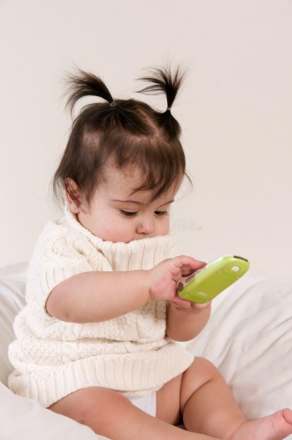 Baby met celtelefoon ter beschikking royalty-vrije stock foto