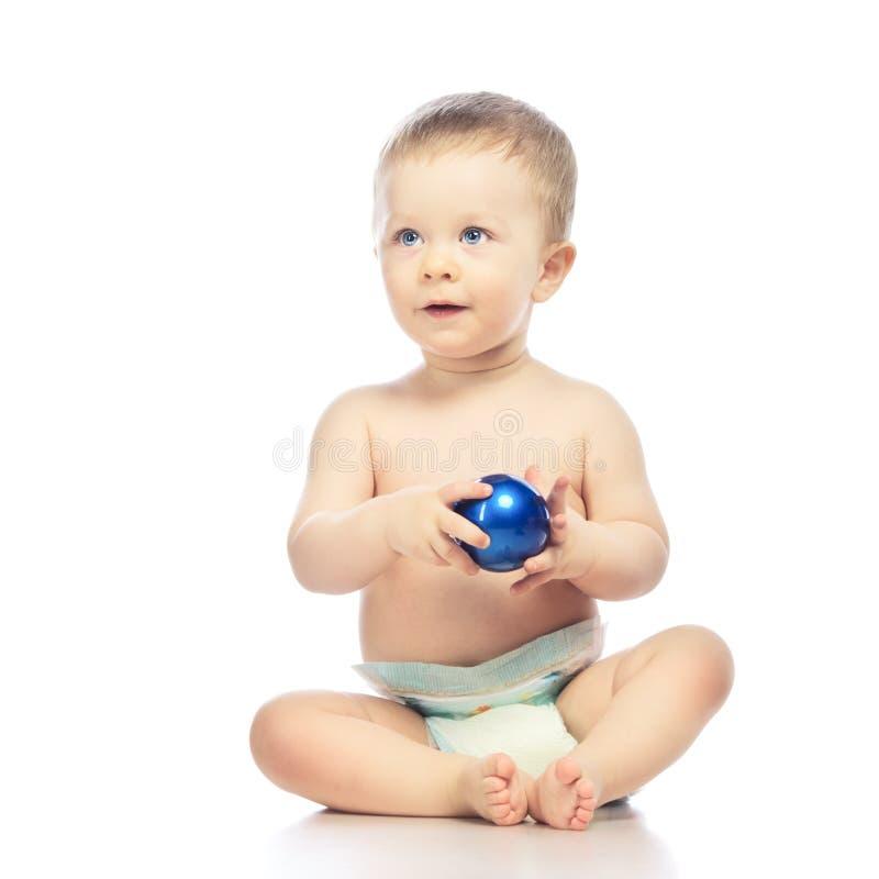 Baby met Chrismas-Bal royalty-vrije stock afbeelding