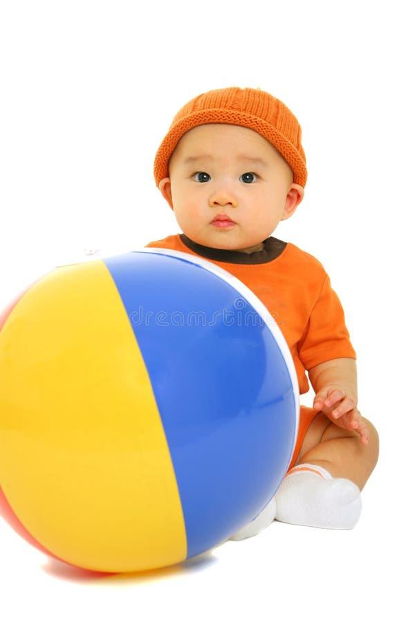 Baby met de Bal van het Strand royalty-vrije stock afbeeldingen