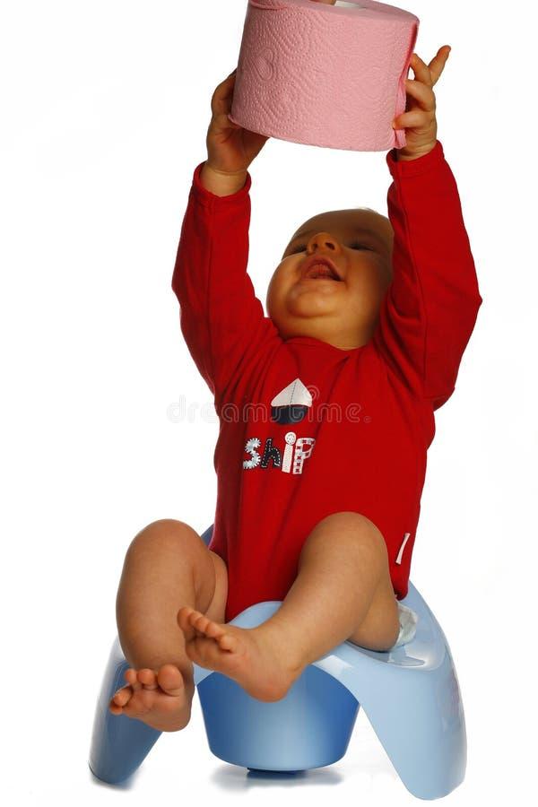 Baby met document boven hoofd royalty-vrije stock afbeelding