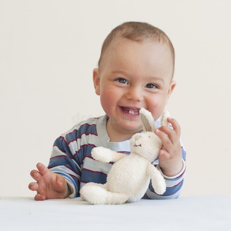 Baby met een stuk speelgoed konijn royalty-vrije stock foto's