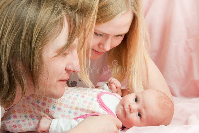 Baby met familie stock afbeeldingen