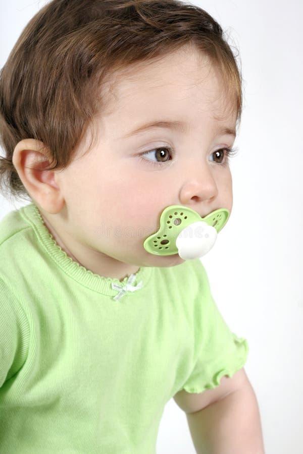 Baby met fopspeen in mond stock foto's