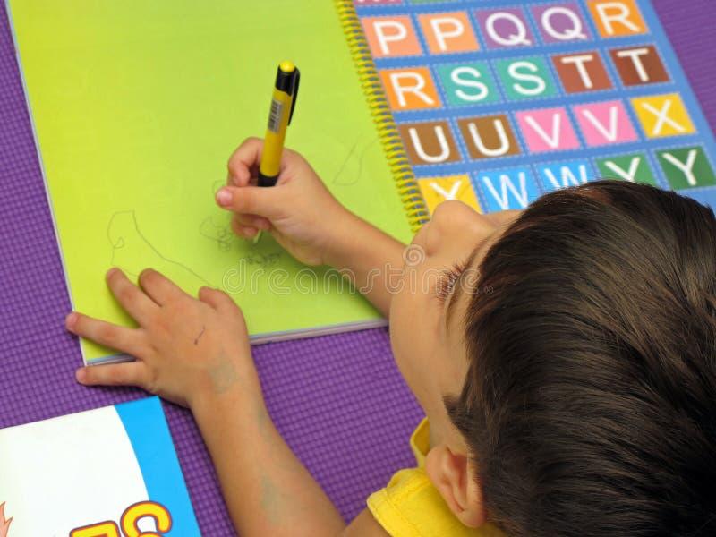 Baby met gekleurde brieven stock fotografie