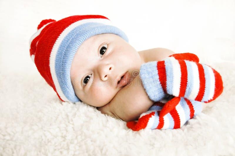 Baby met hoed en handschoenen stock afbeeldingen