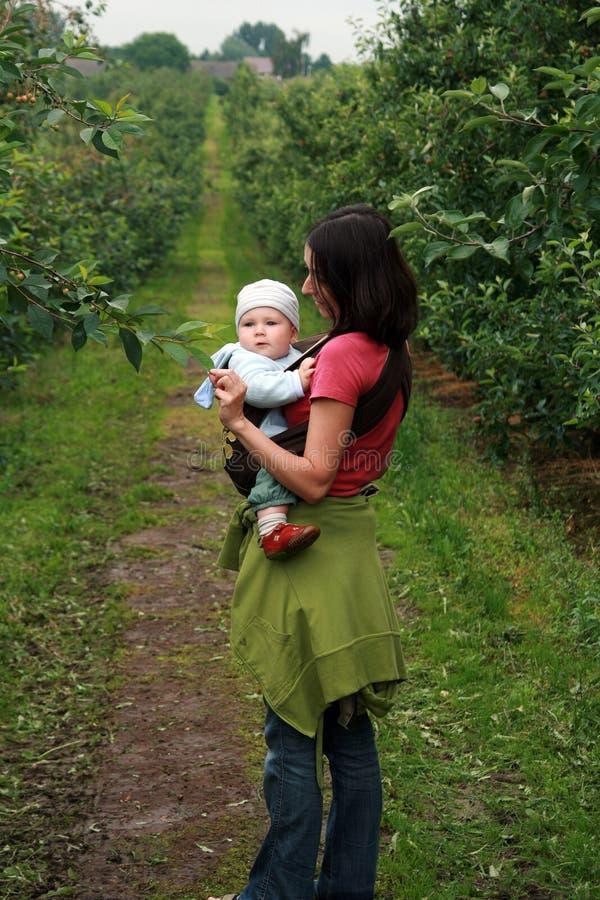 Baby met mamma in babycarrier royalty-vrije stock afbeelding