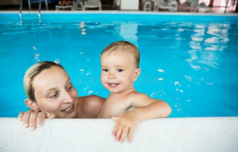 Baby met mamma in de pool royalty-vrije stock foto's