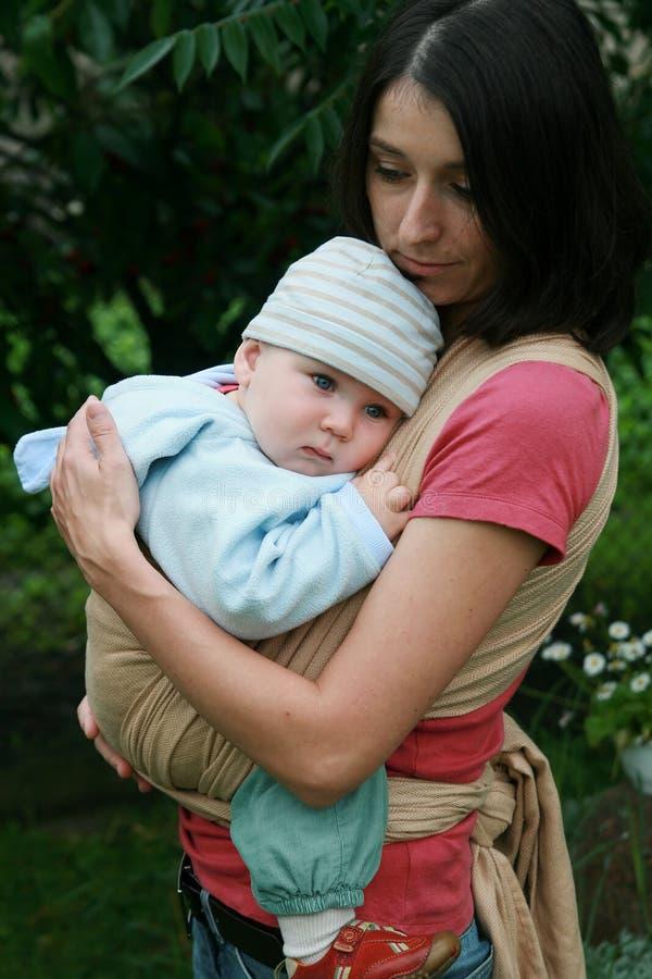Baby met mamma in slinger royalty-vrije stock foto's