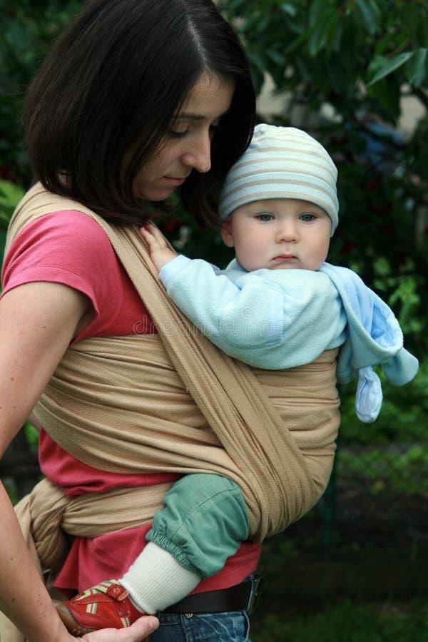 Baby met mamma in slinger royalty-vrije stock fotografie
