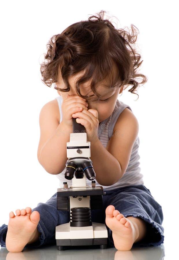 Baby met microscoop. stock foto
