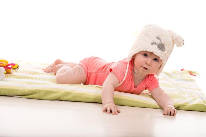 Baby met pluizige konijntjeshoed royalty-vrije stock afbeeldingen