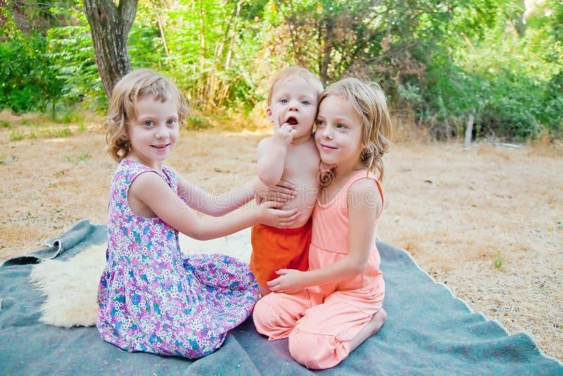 Baby met twee zusters royalty-vrije stock fotografie