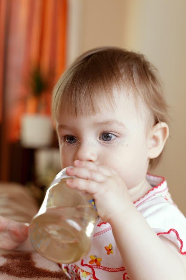 Baby met waterfles stock fotografie