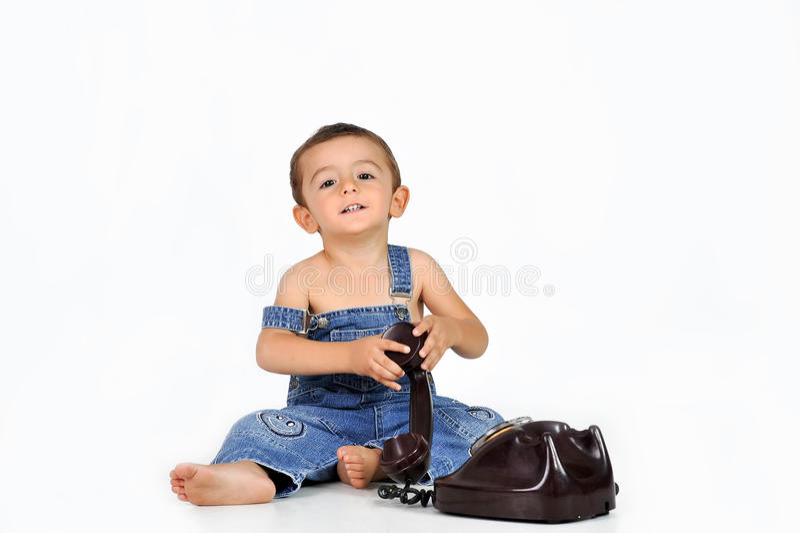 Baby mit altem Telefon stockfotos