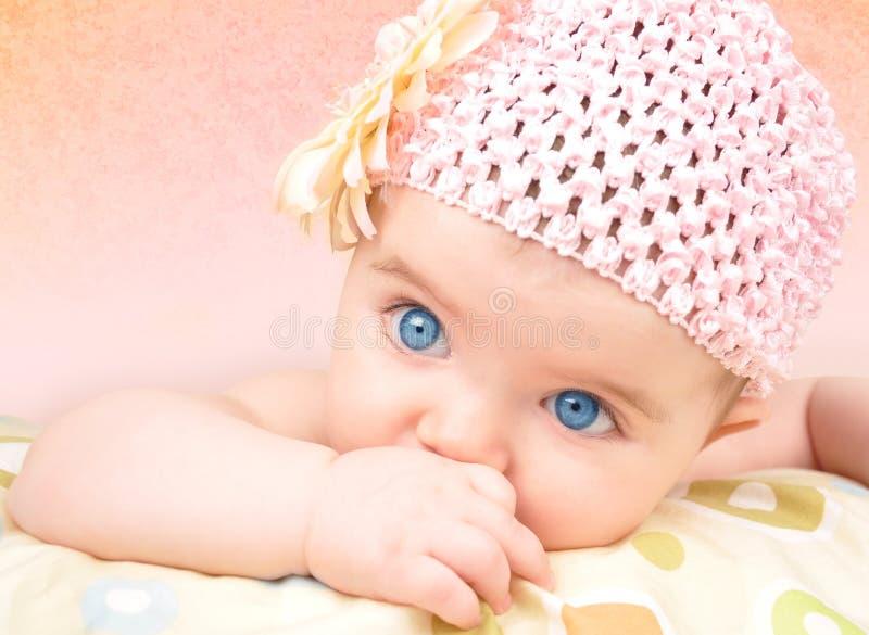 Baby mit Blumen-Hut stockbild