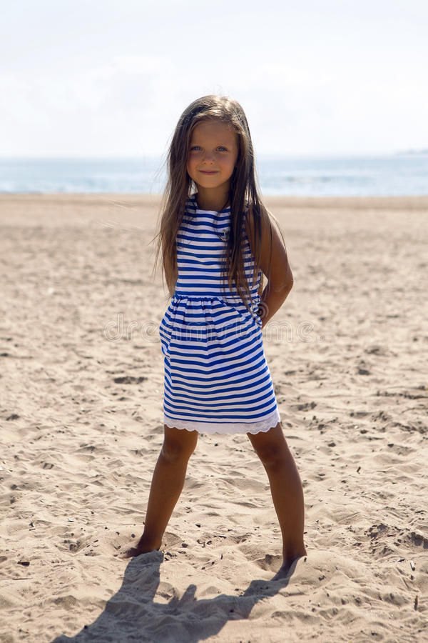 Baby mit dem langen Haar in gestreiftem blauem Kleid stockfotografie